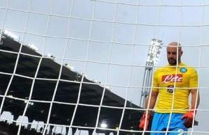 Reina raccoglie il pallone dalla rete - fonte foto: internet