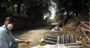 Cannavacciuolo mostra i cumuli di amianto in una strada-discarica di Acerra