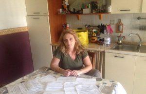 Claudia Spinuso mostra le denunce che ha prodotto e le multe che ha subito