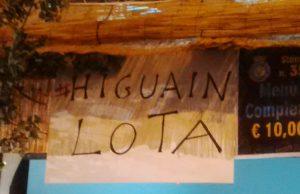 Cartello anti-Higuain alla sagra del tartufo nero di Bagnoli Irpino (Avellino)
