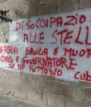 Acerra, lo striscione di protesta attaccato accanto alla casa del sindaco