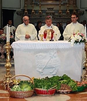 Il vescovo Di Donna benedice i frutti della terra