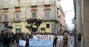 la manifestazione anti amianto, ieri sera, ad Acerra