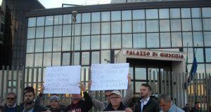 manifestazione al tribunale per il ritorno in carcere dei Pellini