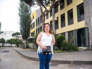 la signora Tortora davanti alla scuola di Gianluigi