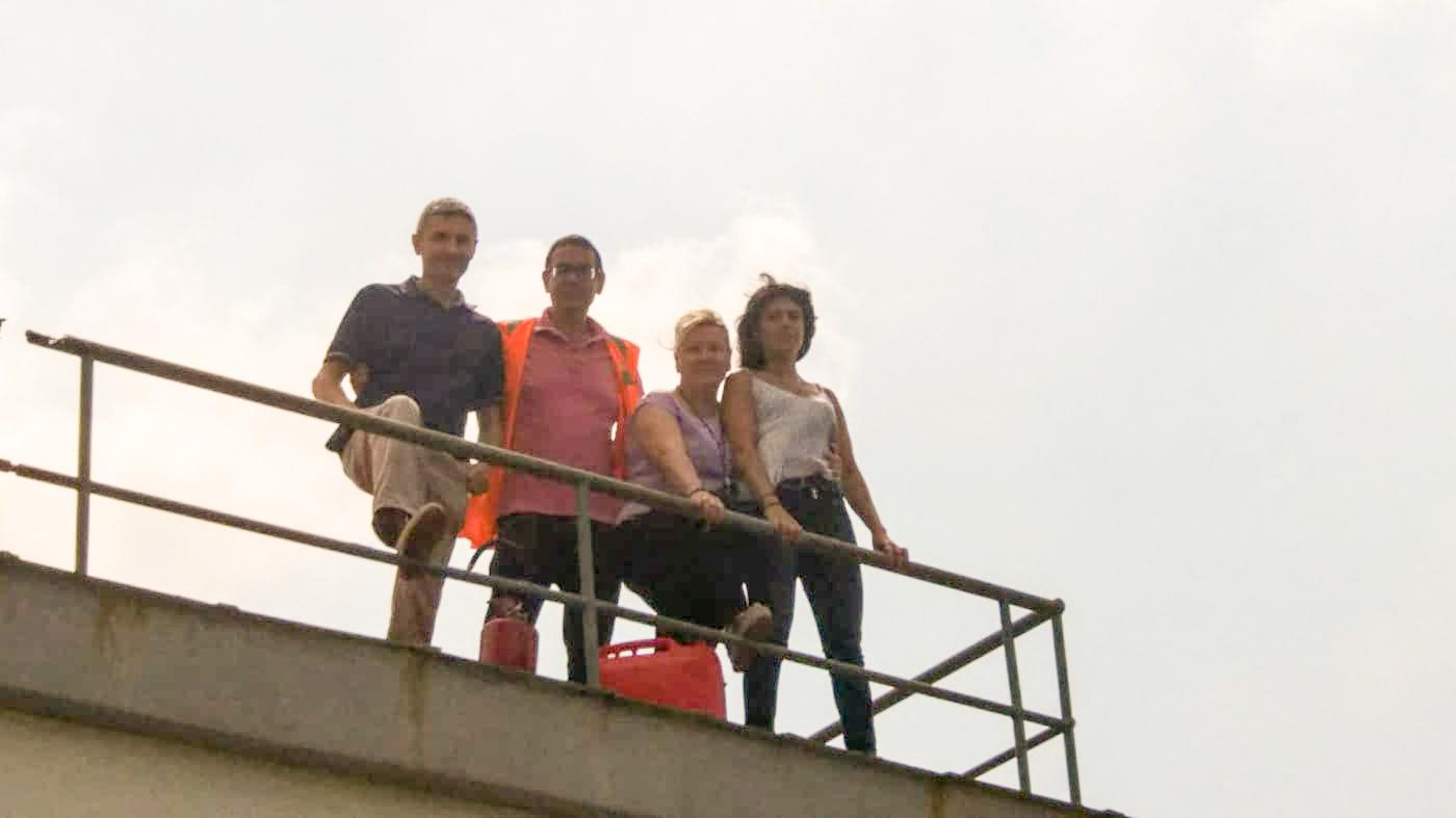 i lavoratori Simav-Simar licenziati sul tetto dell'azienda a Pomigliano