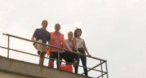 Tiziana, seconda da destra, sul tetto della fabbrica con i colleghi durante le proteste dei giorni scorsi
