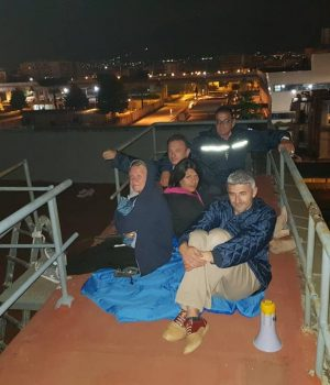Tiziana, col cappuccio in testa, e gli altri impiegati della Simav asserragliati sul tetto dell'azienda