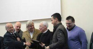 Ciro Esposito, con la giacca chiara, premia Russo e Di Maio