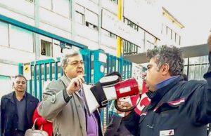 il preside Mario Rosario Ponsiglione alle prese con i licenziati Fiat