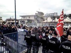 pomigliano, un momento della contestazione di stamattina a luigi di maio