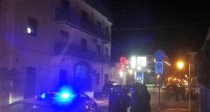 la palazzina dei di maio e la strada bloccata dai carabinieri, sulo sfondo gli operai in lotta