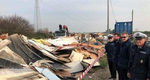 il sindaco di Acerra ( con gli occhiali da vista) osserva lo smantellamento del campo rom di via Saggese