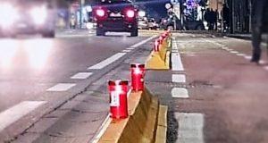 lumini accesi sulla pista ciclabile
