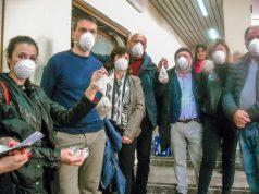 Convegno inquinamento Napoli est, gli esponenti dei comitati mostrano le polveri raccolte sabato nelle loro case