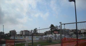 il parco pubblico di casalnuovo, dietro il telo la zona dell'amianto
