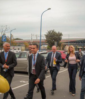 Luigi Di Maio accolto ieri dai dirigenti Avio Pomigliano, alle sue spalle la fidanzata Virginai Saba con accanto Dario De Falco