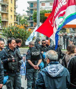 pomigliano, il cordone di polizia protegge il tavolino della lega dai militanti di sinistra
