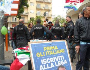 pomigliano, il cordone di polizia protegge il tavolino della lega dai militanti di sinistra 2