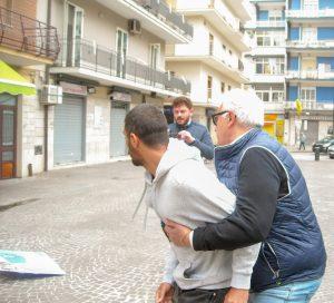 pomigliano, militante di sinistra placcato da poliziotto mentre tenta di dustruggere tavolino lega
