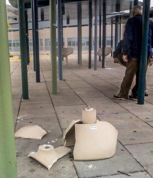la poltroncina girevole distrutta e i rifiuti sparsi all'ingresso