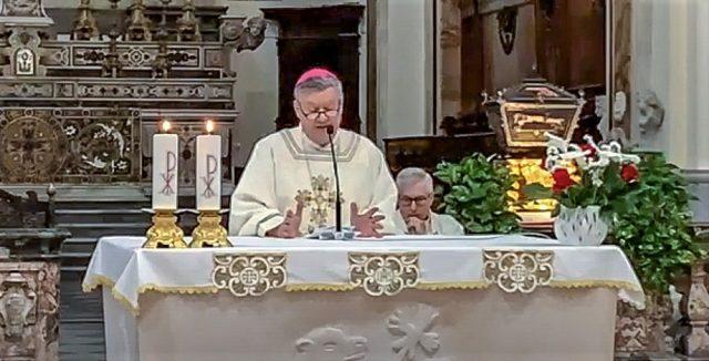 Il vescovo di Acerra durante l'omelia di domenica nel duomo