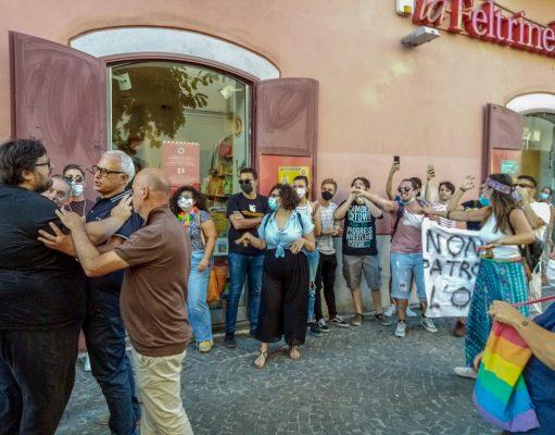 Adinolfi, a sx, affronta i ragazzi della sinistra locale