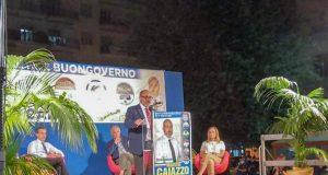 Marizio Caiazzo al comizio di sabato, alle sue spalle Stefano Caldoro, a destra, seduta, Francesca Allocca