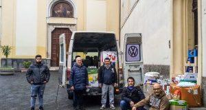 al centro il nomade Stanisa col suo furgone carico di alimenti e accanto a lui don Peppino, a sx il nipote di Stanisa