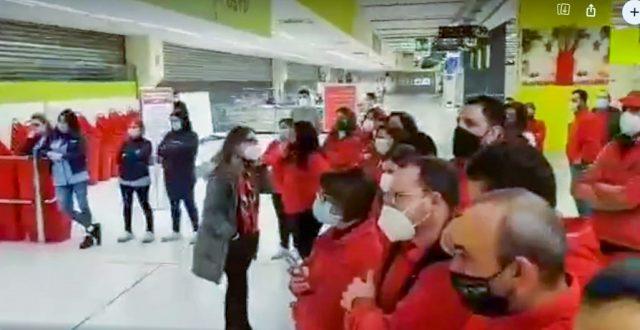 I lavoratori di Auchan Nola mentre l'ipermercato chiude i battenti