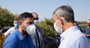 Alessandro Cannvacciuolo, a sx, a colloquio col ministro Sergio Costa in visita a Pomigliano