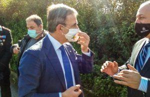 a sinistra il ministro Costa e a destra il prefetto Romano