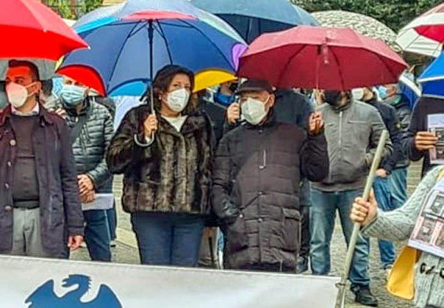 a sx Valeria Ciarambino e a dx don Peppino Gambardella durante la manifestazione dei commercianti di Pomigliano contro le chiusure