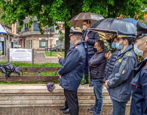 Claudio Salvia (sul muretto) e le forze dell'ordine all'evento di ieri