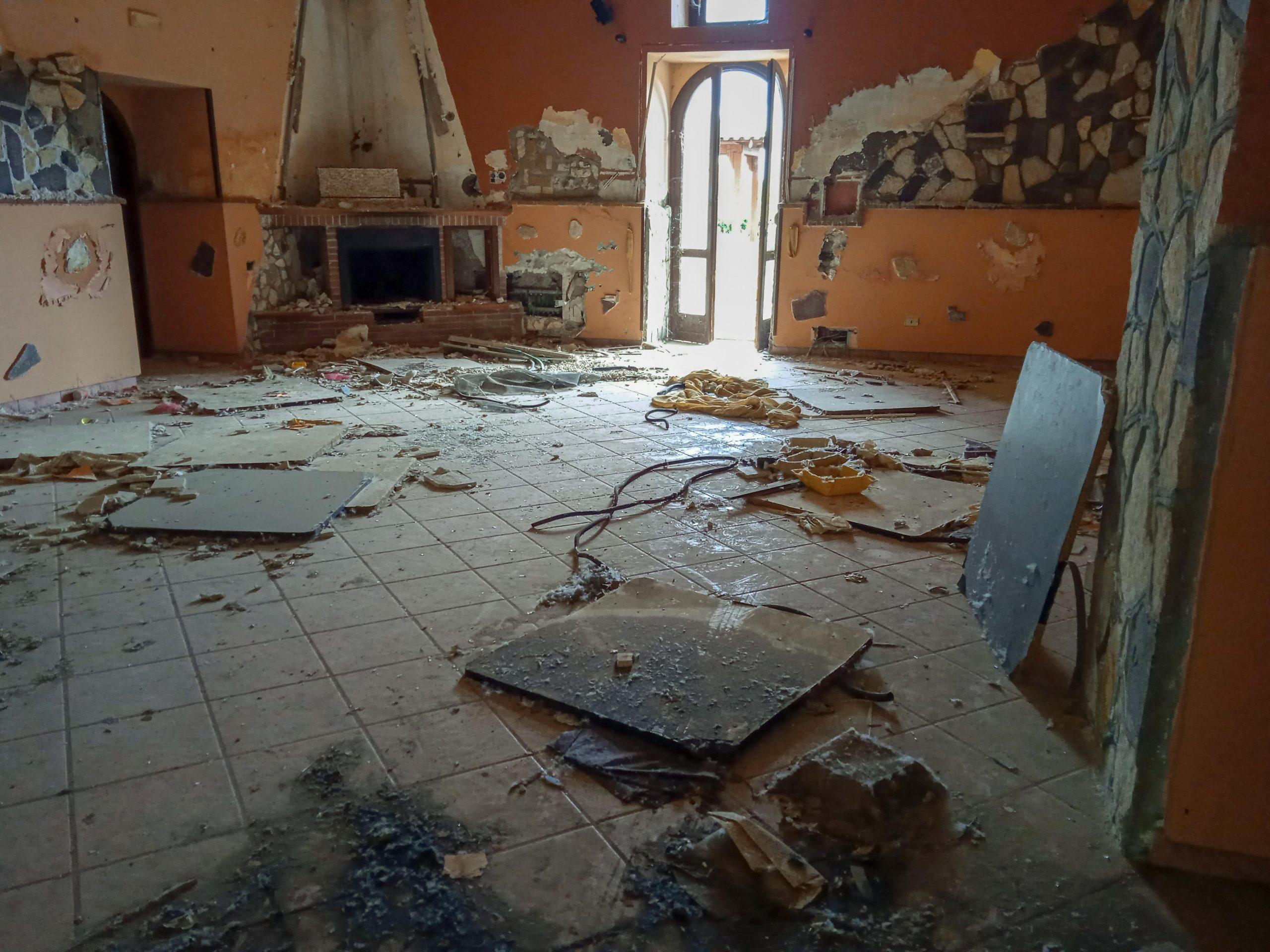 devastazione nel bene confiscato dallo Stato