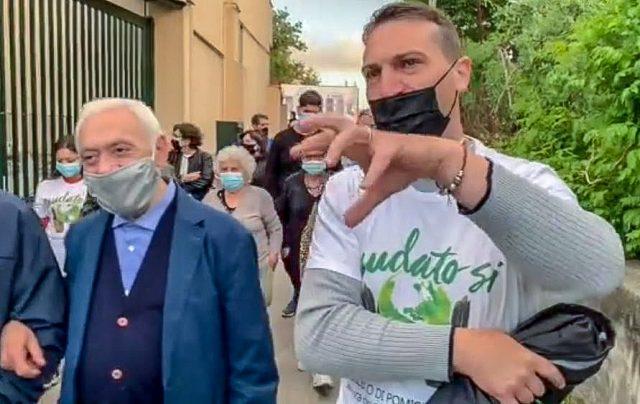 una processione anti inquinamento tenuta da don Peppino (a sx)